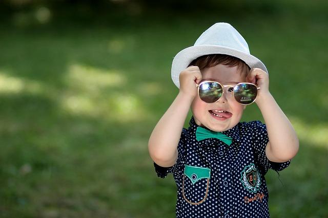 Sie Lieben Es, Sich Selber Zu Spiegeln, Die Brille Als Spielzeug Zu  Benutzen, Sie Immer Wieder Ein  Und Auszusetzenu2026